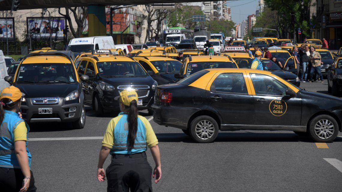 Taxistas vuelven a cortar el tránsito en protesta contra las apps de transporte