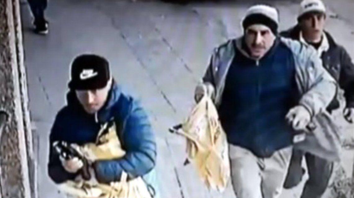 Tres de los seis ladrones que robaron el camión a cara descubierta