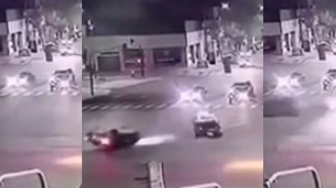 VIDEO: Choque y vuelco entre un auto y un taxi en plena 9 de Julio
