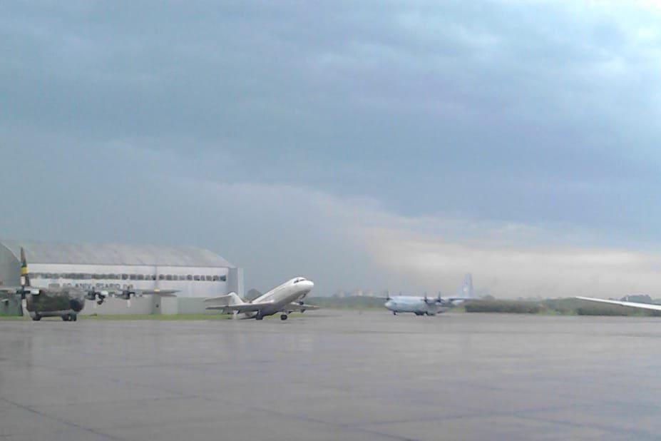Por el viento del temporal, un avión quedó sentado de cola en El Palomar