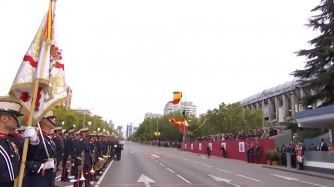 VIDEO: Un paracaidista chocó contra un farol durante un desfile en España