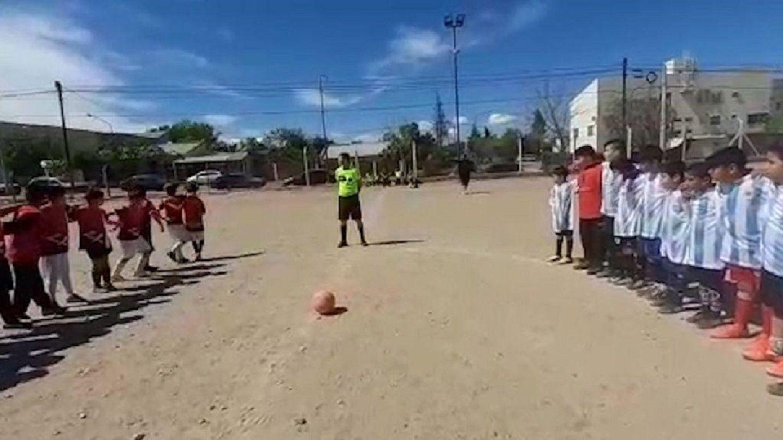 Estupor en un partido de fútbol infantil en Neuquén: diez tiros al aire mientras rendían homenaje al intendente fallecido