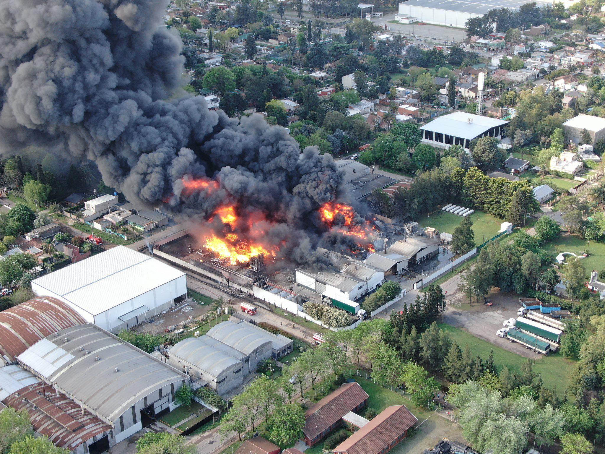 Feroz incendio en una fábrica de productos químicos en Benavídez