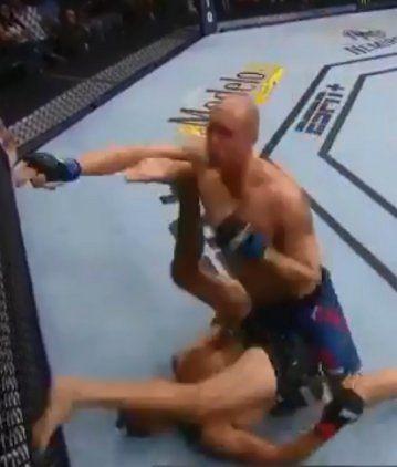 Combate de MMA: cayó de espaldas y noqueó a su rival de un talonazo