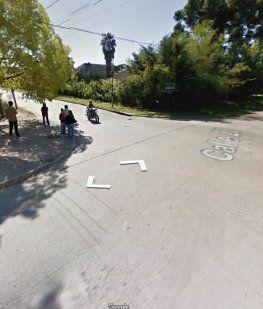 Un motociclista chocó contra la puerta abierta de un auto, lo atropellaron y murió