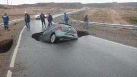 La tierra se tragó un auto en la autopista que Dietrich visitó días atrás