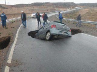 neuquen: la tierra se trago un auto en la autopista que dietrich visito dias atras