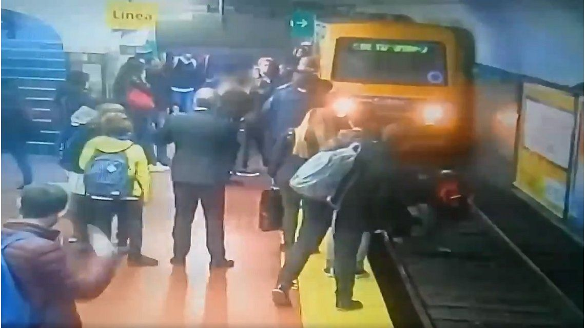 VIDEO: Una mujer cayó a las vías del subte y no la arrollaron de casualidad