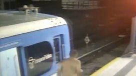 Un hombre se desnudó en el Sarmiento e intentó escapar por las vías