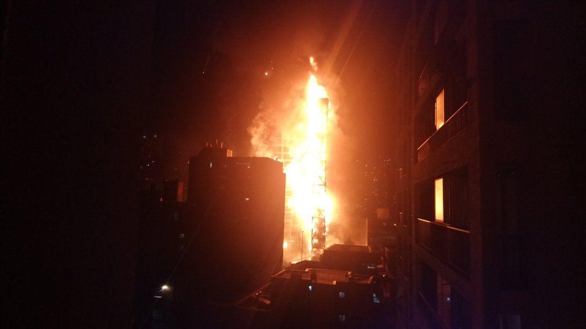 Máxima tensión en Chile: incendio en el edificio de la empresa nacional de electricidad