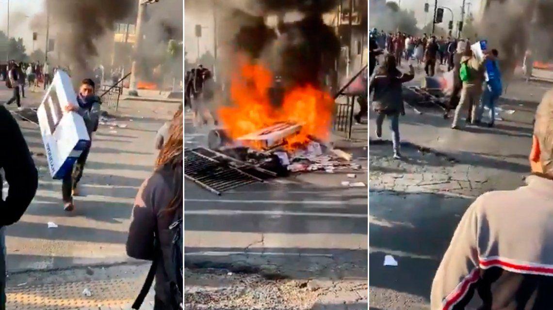 Intentó robar un TV LED en medio de las protestas de Chile, se lo sacaron y lo quemaron