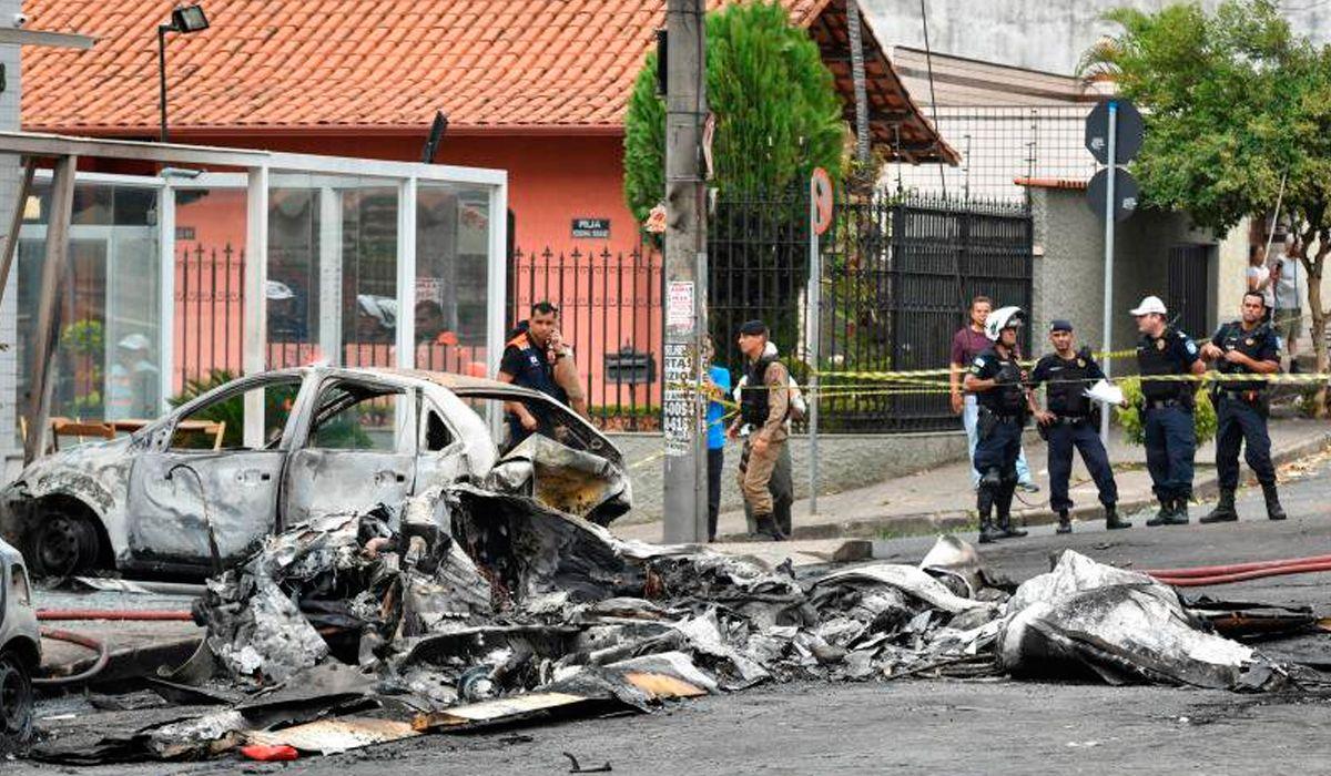 Cayó una avioneta en las calles de Belo Horizonte, Brasil: al menos tres personas murieron