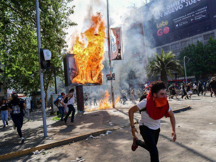 VIDEOS: Feroz represión en Chile y tercer toque de queda