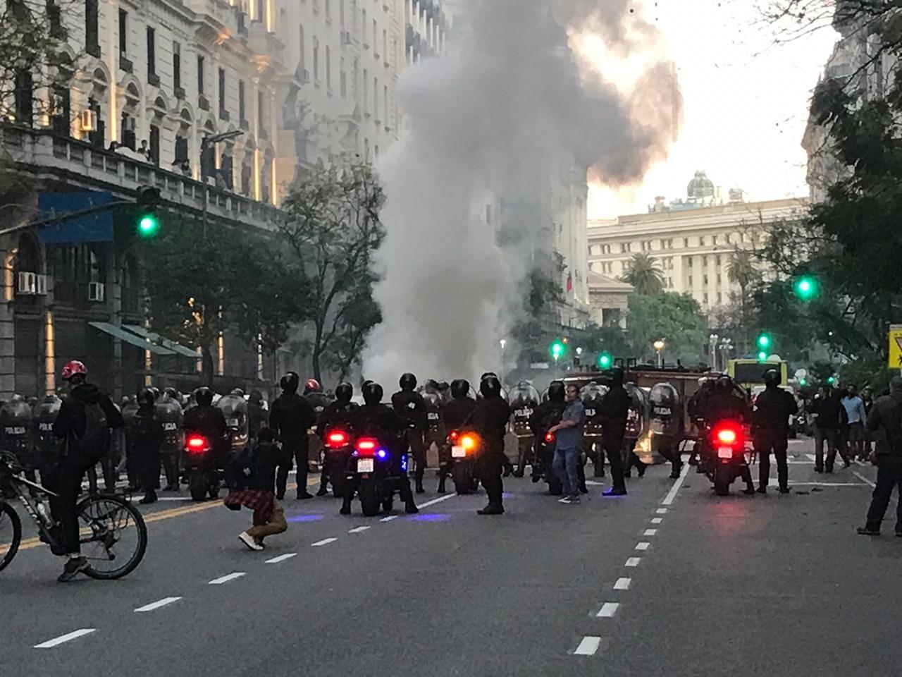 Barricada en Roque Sánez Peña y Maipú. Crédito: Laura Guarinoni