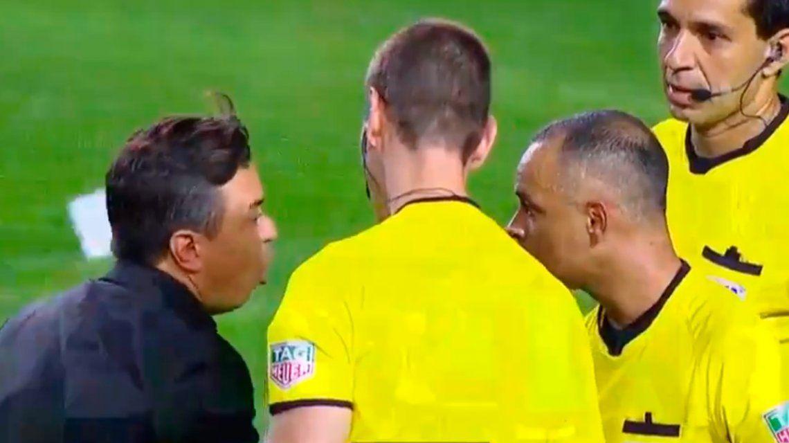 El insólito diálogo de Gallardo con los árbitros tras el Superclásico