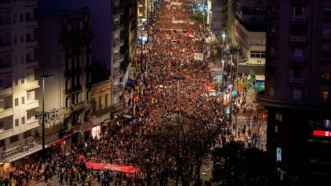 Multitudinaria marcha en Uruguay contra la intervención de los militares en la seguridad pública