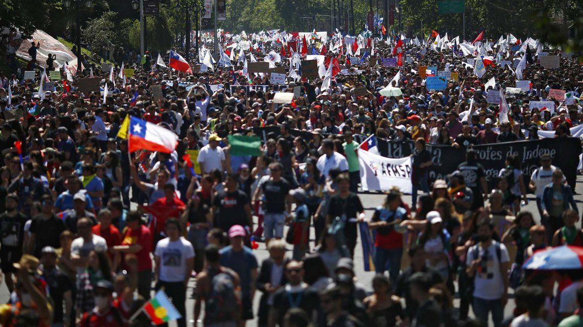 Miles de manifestantes marcharon en rechazo al toque de queda y la represión en Chile