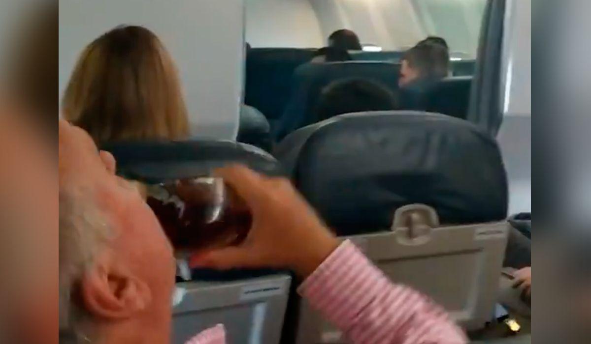 Héroe del whisky: mientras todos rezaban por una supuesta falla en el avión, él liquidaba una botella de scotch