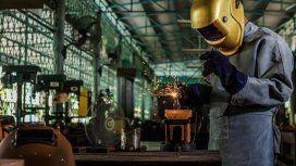 La producción industrial acumula en el año una caída del 5