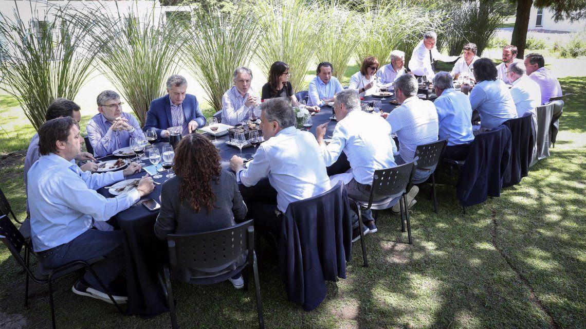 Macri siguió la disparada del dólar y la brusca caída de reservas comiendo asado en Olivos