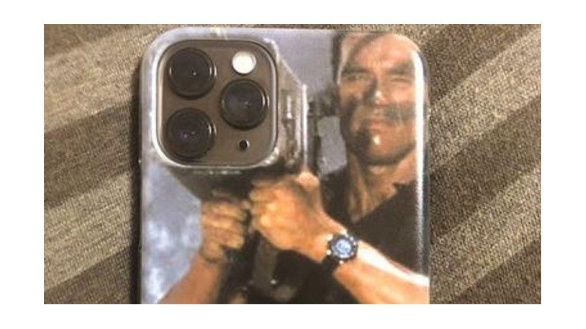 Arnold Schwarzenegger le puso una particular funda a su nuevo celular y se viralizó
