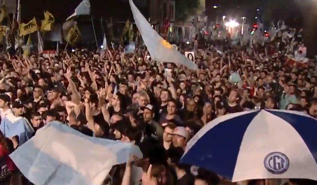 Una multitud espera a Alberto Fernández y Cristina Kirchner en el búnker de Chacarita