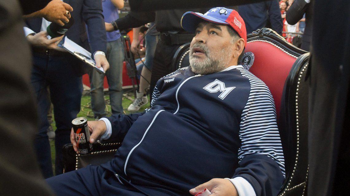 Camiseta especial, sillón de lujo y fiesta: así recibió Newells a Diego Maradona