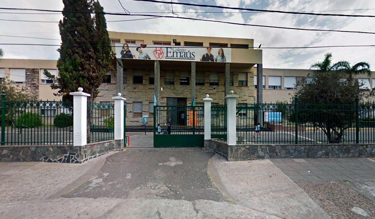 Alumnos apuntaron por la espalda a un docente: para el Colegio Emaús, no fue un delito