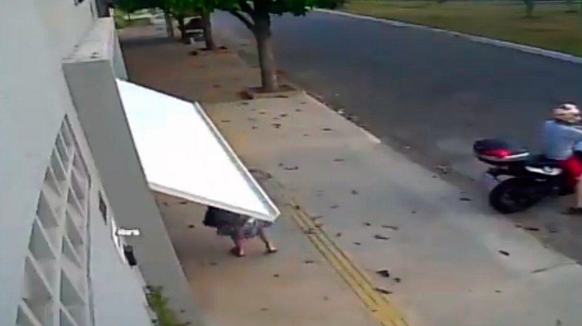 Viral: ¿qué pasó con la mujer que fue tragada por un garage?