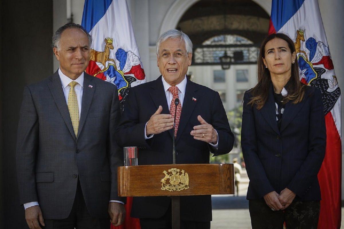 Sebastián Piñera junto a sus ministros Teodoro Ribera y Carolina Schmidt.