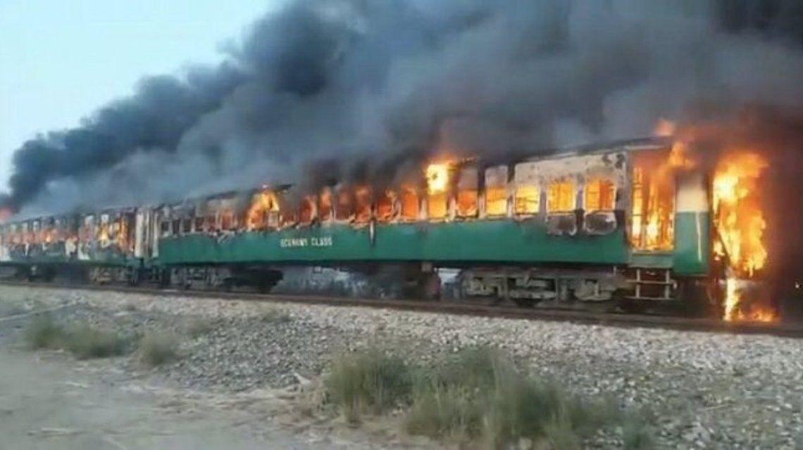 Pakistán: al menos 73 muertos por la explosión de una garrafa en un tren