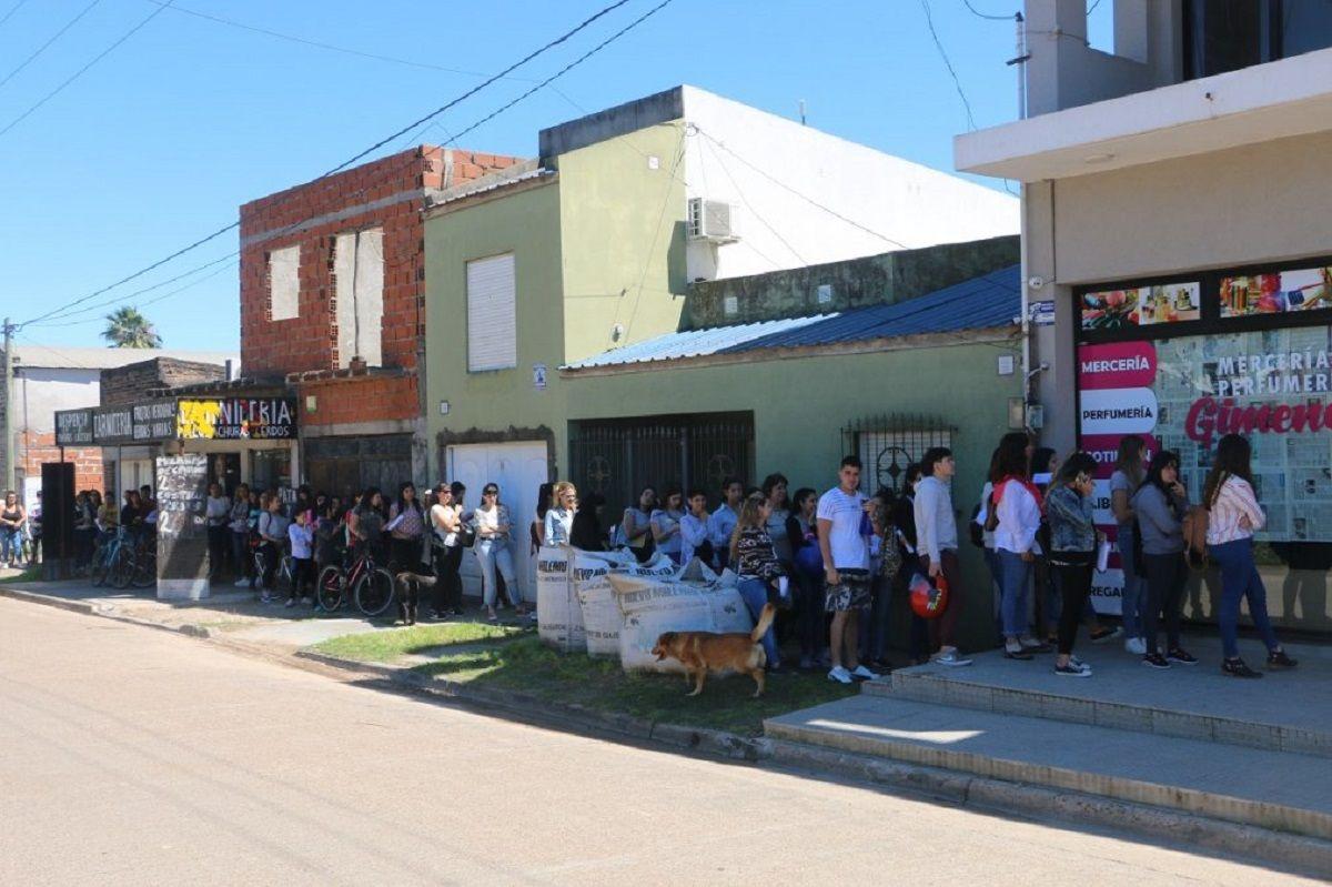 Larga fila de aspirantes a dos puestos de trabajo en un pequeño comercio
