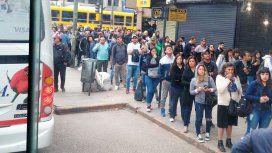 Demoras y largas filas para esperar el colectivo: así se sintió el paro de trenes