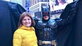 Patricia Bullrich cantó vamos a volver en Nueva York junto a Batman