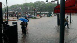 Calles inundadas, vuelos demorados y alerta en La Plata por la intensa lluvia