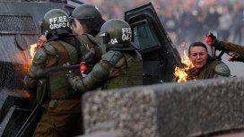 Chile: dos carabineras fueron alcanzadas por bombas molotov en una manifestación