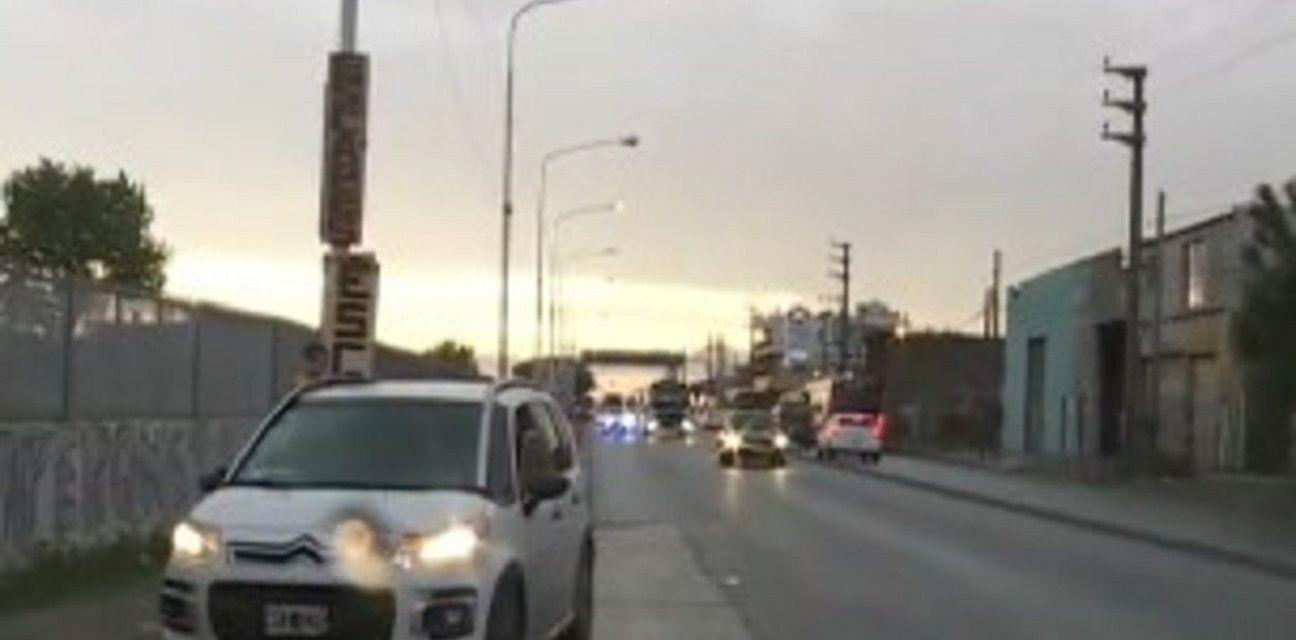 Laferrere: una mujer cayó de un auto y murió atropellada por un camión