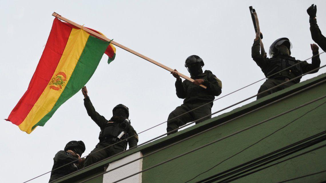 Los policías colgaron banderas bolivianas en las vallas que protegen el Palacio Presidencial