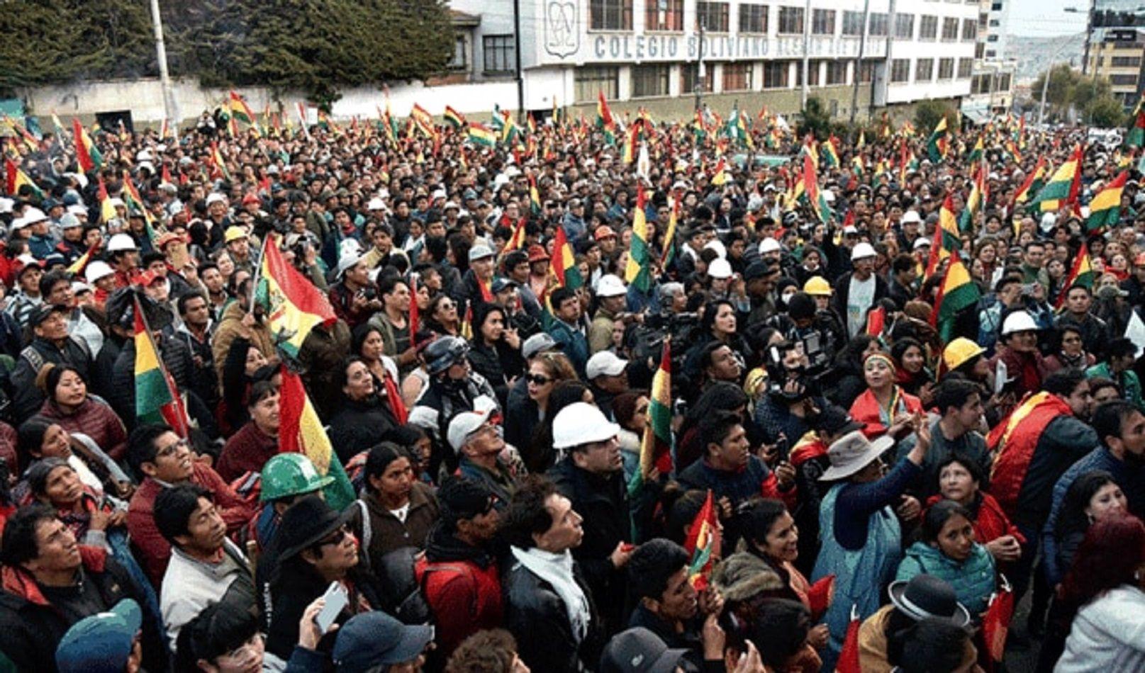 Miles de bolivianos a lo largo del país se concentraron frente a comisarías policiales