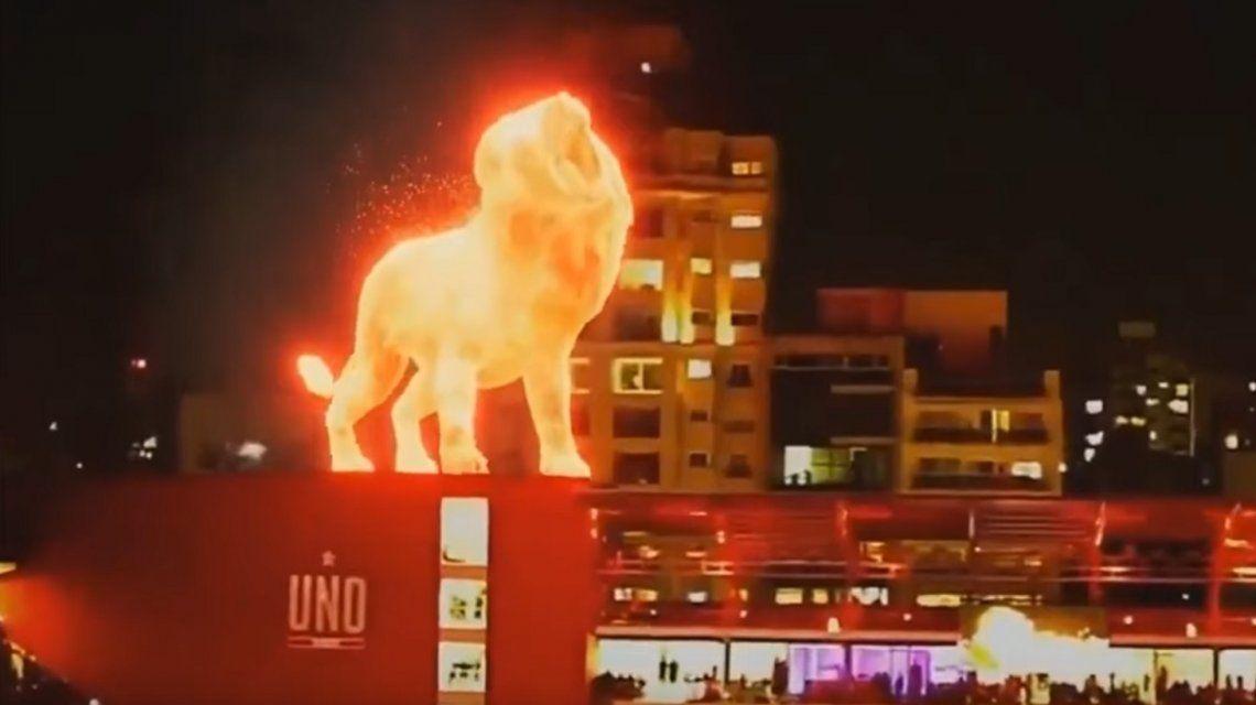 La Plata: un león de fuego caminó sobre el nuevo estadio de Estudiantes
