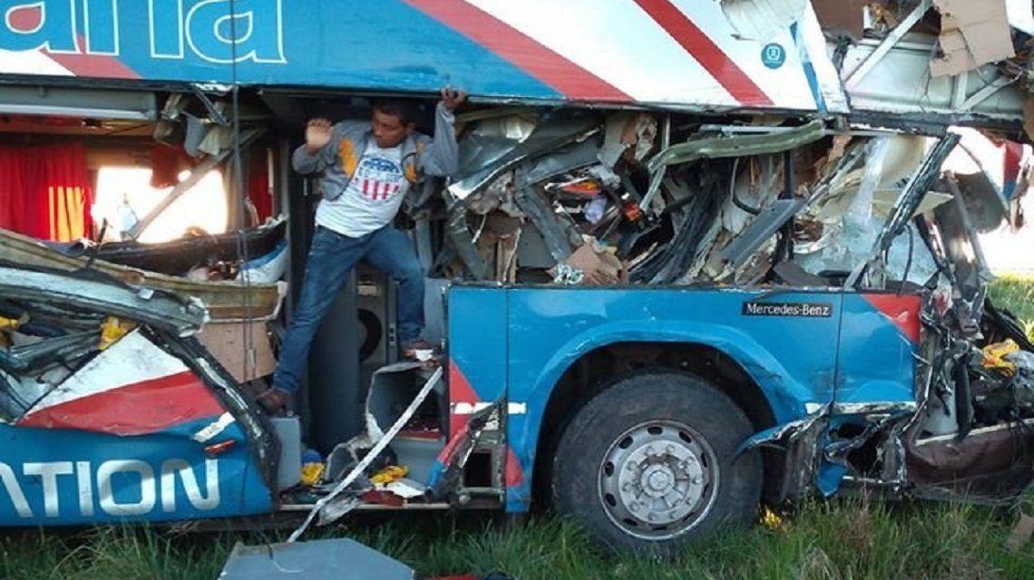 Gualeguaychú: al menos cinco muertos por el choque de un micro con un camión
