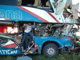 gualeguaychu: al menos cinco muertos por el choque de un micro con un camion