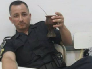 acribillaron a balazos a un policia de la ciudad en la puerta de su casa