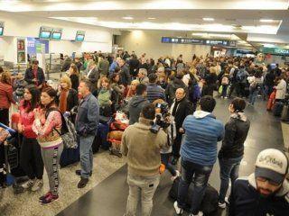 caos en aeroparque y ezeiza: 55 vuelos cancelados y mas de 6 mil pasajeros afectados por un paro de despachantes