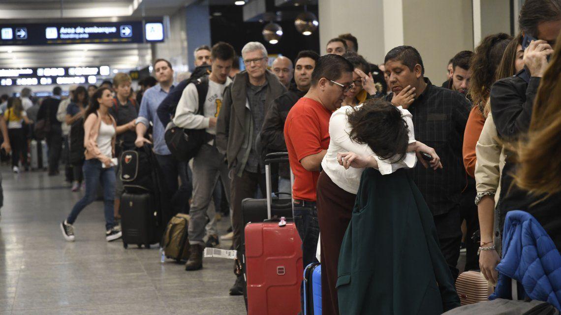 En pleno recambio turístico, cancelan vuelos en Aeroparque y Ezeiza por la tormenta