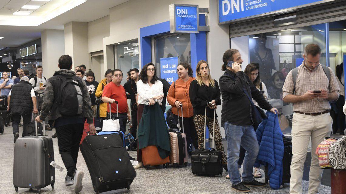 Los viajes al exterior de empresas argentinas pagados en pesos no tendrán el impuesto del 30%