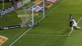Nunca visto: un arquero hizo trampa y engañó al árbitro para evitar un gol lícito en Brasil