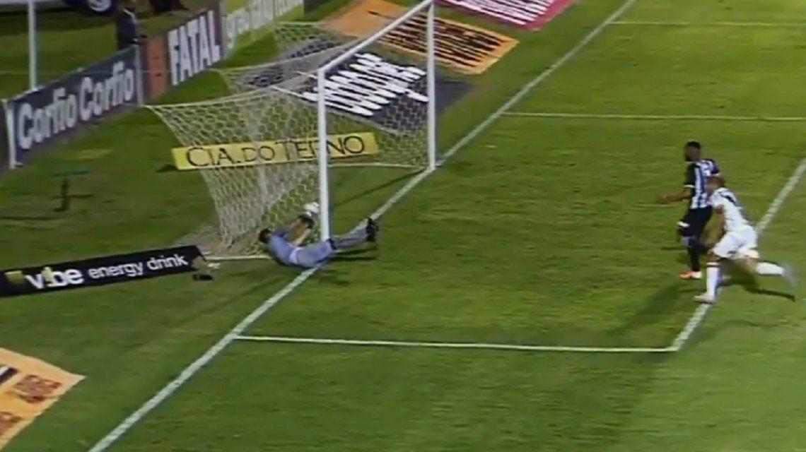 El engaño del arquero del Figueirense al árbitro para evitar un gol lícito de Ponte Preta