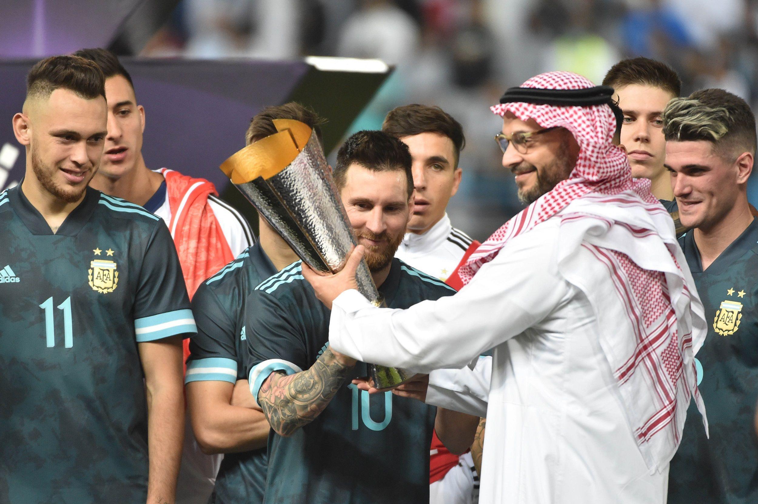 Lionel Messi recibe el trofeo por ganar el Superclásico de las Américas