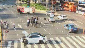 Un futbolista iba a contramano por el Metrobus y chocó frente al Obelisco
